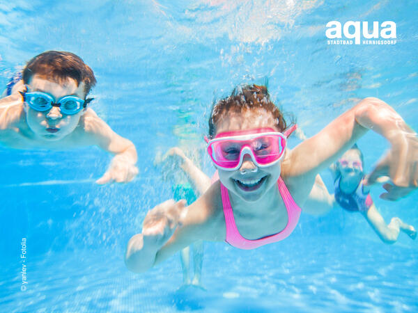 Bild vergrößern: little children  playing and  swimming  in pool  under the water.
